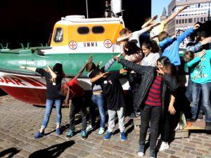 160927_skj_jb_lk_imm_sts_fraenkelstr_7a_hipp_hopp_vor_dem_rettungsboot